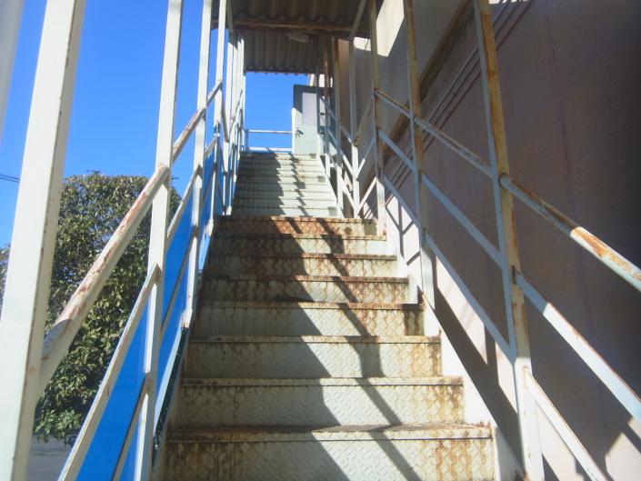 高座郡寒川町の某自動車整備工場|階段の塗装工事(塗料:コスモマイルドシリコンⅡ)
