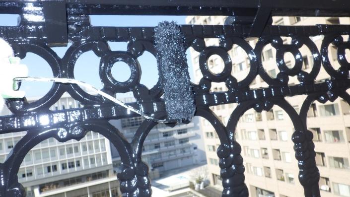 ベランダに付帯する鉄手摺の塗装工事|神奈川県茅ケ崎市の某ホテルの外装リフォーム