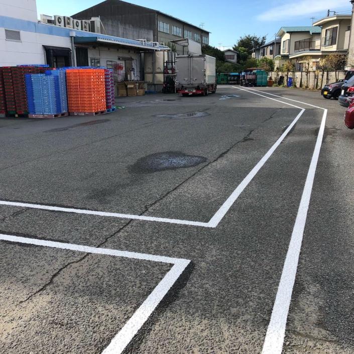 駐車場のライン引き塗装|神奈川県平塚市の某食品工場の外装リフォーム