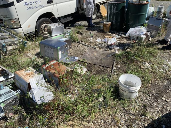 台風前の塗料や資材、産業廃棄物の片付け