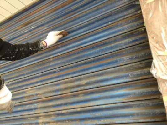 平塚市の某運送会社にてシャッターの塗装工事中