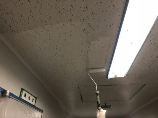 横須賀市の某病院にて防カビ対策に伴う天井の塗装工事中