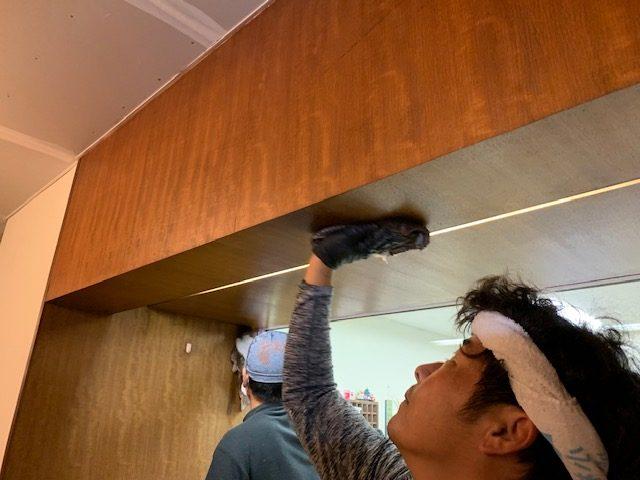 受付の木部のワックスがけ|海老名市の老人ホームにて内装工事