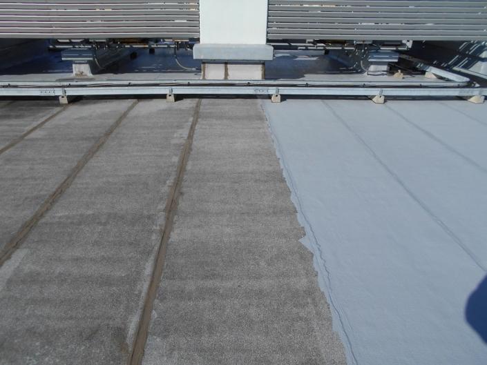 屋上へウレタン1層目の塗布