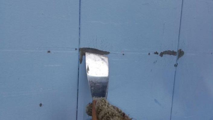 旧塗膜などをケレンで除去